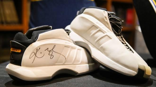 Auch diese Schuhe von Kobe Bryant wurden versteigert
