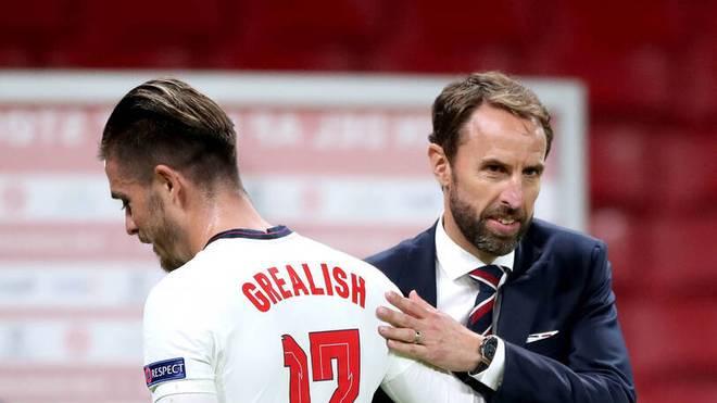 Englands Nationaltrainer Gareth Southgate (r.) erwartet von seinen Stars wie Jack Grealish mehr Disziplin