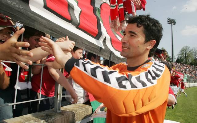 Zdenko Miletic klatscht im Mai 2006 mit den Augsburger Fans ab