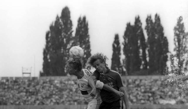 Nürnbergs Vlado Kasalo (r.) köpft den Ball in der Partie gegen Stuttgart ins eigene Tor