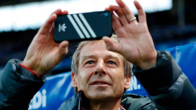 Jürgen Klinsmann zückte vor dem Spiel von Hertha BSC - BVB das Mobiltelefon