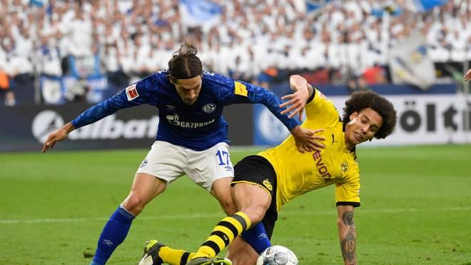 Benjamin Stambouli (l.) von Schalke 04 im Zweikampf mit Axel Witsel vom BVB