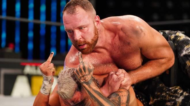 Jon Moxley (o.) besiegte im Hauptkampf von AEW Dynamite Darby Allin