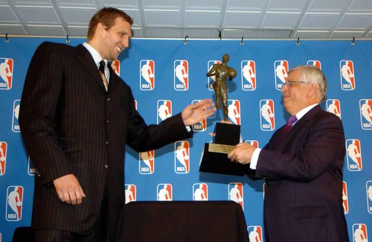 Am 15. Mai 2007 erhält Dirk Nowitzki die größte individuelle Auszeichnung, die ein Basketballspieler bekommen kann. Der damalige NBA-Commissioner David Stern überreicht Nowitzki die MVP-Trophäe für den wertvollsten Spieler der regulären Saison