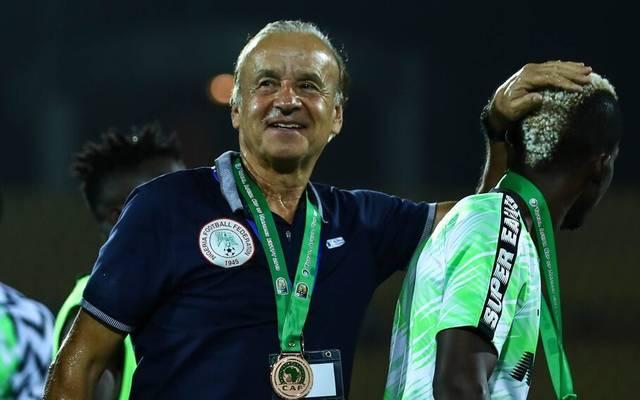 Gernot Rohr (l.) trainiert seit 2016 die nigerianische Nationalmannschaft