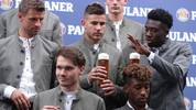MUNICH, GERMANY - SEPTEMBER 01: Thomas Mueller, Lucas Hernandez, Banjamin Pavard, Kingsley Coman and Alphonso Davies (L-R) of FC Bayern Muenchen pose with beer mugs during the FC Bayern Muenchen and Paulaner photo session at FGV Schmidtle Studios on September 01, 2019 in Munich, Germany. (Photo by Alexandra Beier/Bongarts/Getty Images)