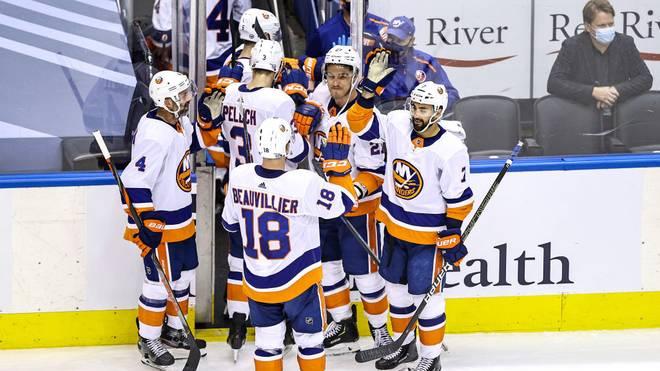 Tom Kühnhackl, Thomas Greiss und die New York Islanders feiern den Viertelfinaleinzug.