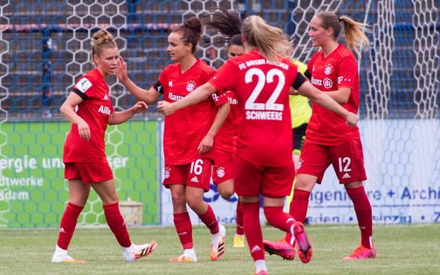 Linda Dallmann (l.) steuerte drei Tore zum Sieg der Bayern-Frauen bei