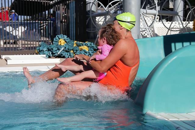 An der Seite von Mama oder Papa haben viele Kinder weniger Angst im Wasser