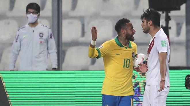 Carlos Zambrano (r.) wirft Superstar Neymar übertriebene Schauspielerei vor