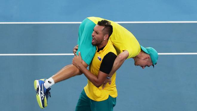Nick Kyrgios nimmt Alex de Minaur nach dem entscheidenen Sieg auf die Schulter