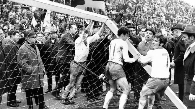 Spieler von Werder Bremen versuchen, das Tor mit dem gebrochenen Pfosten auf dem Mönchengladbacher Bökelberg wieder aufzurichten