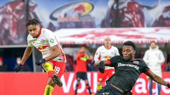 Timothy Fosu-Mensah (r.) wechselte im Januar von Manchester United zu Bayer Leverkusen.
