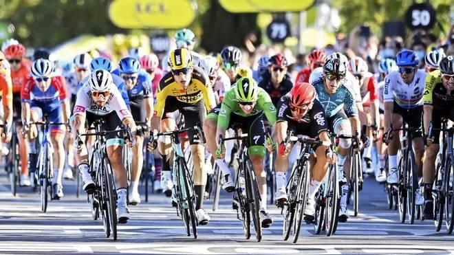 Sam Bennett (Grünes Trikot) hat bei der Tour de France den Sieg in der Sprintwertung vor Augen