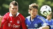 """Mesut Özil wird am 15. Oktober 1988 in Gelsenkirchen geboren. Das Fußballspielen lernt er mit seinen Kumpels auf der Straße im so genannten """"Affenkäfig"""". Über DJK Westfalia 04, DJK Teutonia Schalke-Nord, DJK Falke-Gelsenkirchen und Rot-Weiß Essen führt sein Weg zum FC Schalke. Dort gewinnt er am 4. Juni 2006 die A-Jugend-Meisterschaft mit 2:1 gegen den FC Bayern"""