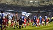 """Am 12. August 2006 debütiert Özil dann im Alter von 17 Jahren in der Bundesliga-Elf der """"Königsblauen"""". Beim Heimspiel zum Saisonauftakt gegen Eintracht Frankfurt wird er zehn Minuten vor Schluss für Hamit Altintop eingewechselt"""
