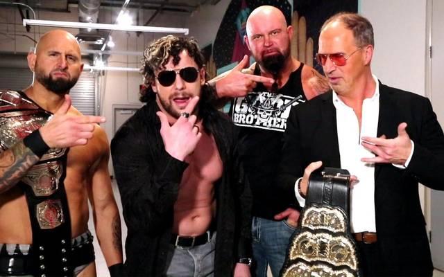Karl Anderson, Kenny Omega und Luke Gallows (v.l., mit Don Callis) waren Teil des Bullet Club