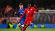 LONDON, ENGLAND - FEBRUARY 25: Alphonso Davies of Bayern Munich and Mason Mount of Chelsea in action during the UEFA Champions League round of 16 first leg match between Chelsea FC and FC Bayern Muenchen at Stamford Bridge on February 25, 2020 in London, United Kingdom. (Photo by Clive Mason/Getty Images)