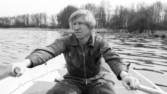 Horst Hrubesch 1979 in einem Ruderboot