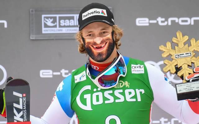 Marco Odermatt trägt bei der Siegerehrung eine besondere Maske