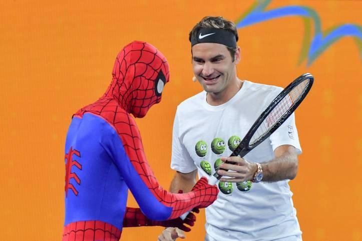 JANUAR: Ein Superstar mit übermenschlichen Fähigkeiten. Und Spiderman. Roger Federer trumpft auch 2018 auf und baut seinen Rekord aus: Der Sieg bei den Australian Open ist sein 20. Grand-Slam-Titel.