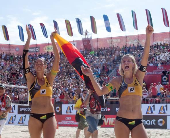 Als Titelverteidigerin reist Laura Ludwig (r.) zur Beachvolleyball-WM. An der Seite ihrer neuen Partnerin Margareta Kozuch, Nachfolgerin von Kira Walkenhorst (l.), wird die Olympiasiegerin versuchen, ihren Titel in Hamburg erfolgreich zu verteidigen
