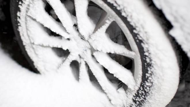 In unterschiedlichen EU-Staaten gelten unterschiedliche Vorgaben, was die Bereifung von Autos angeht. Bei Schnee und Eis sind in Deutschland Winterreifen jedoch zwingend erforderlich