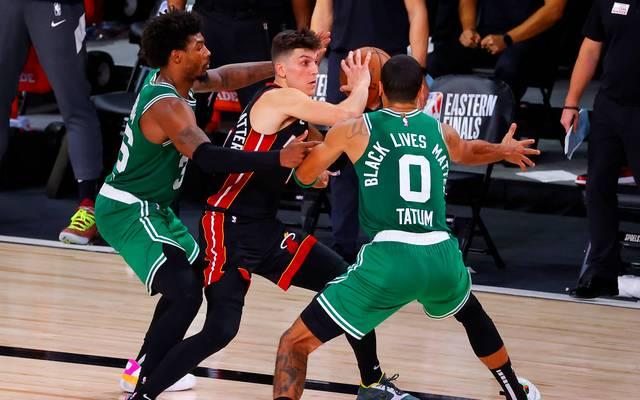 Tyler Herro von den Miami Heat ließ sich an diesem Abend auch von zwei Celtics nicht stoppen