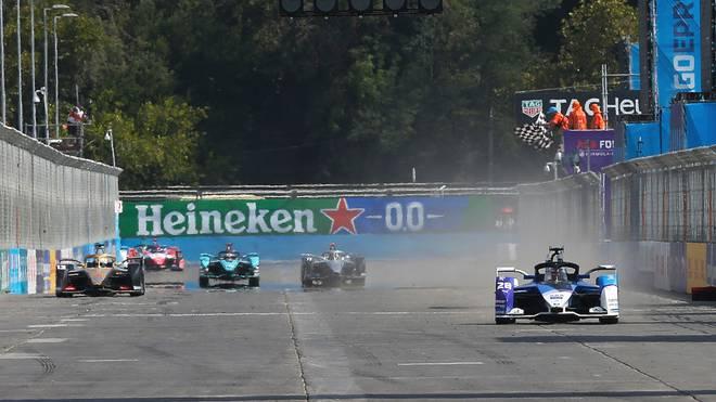 Maximilian Günther überquert in seinem BMW die Ziellinie