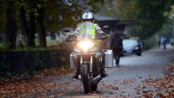 Der Straßenbelag ist im Herbst oft kälter als die Lufttemperatur. Das hat Auswirkungen auf den Grip der Reifen.