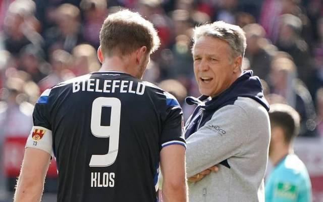Bielefelds Trainer Uwe Neuhaus (r.) stärkt seinen noch torlosen Kapitän Fabian Klos