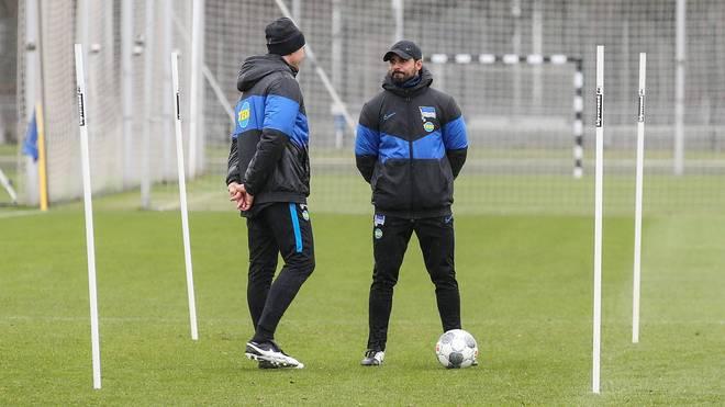 Alexander Nouri (r.) hat von Jürgen Klinsmann die Verantwortung für die Berliner Mannschaft übernommen