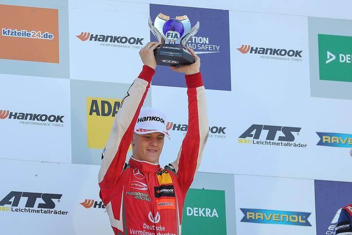 In der Formel-3-Europameisterschaft ist Mick Schumacher richtig durchgestartet. Mit acht Siegen hat er sich souverän den Titel geholt. Als Belohnung darf sich der Sohn von Formel-1-Rekordweltmeister Michael Schumacher nun in der Formel 2 versuchen
