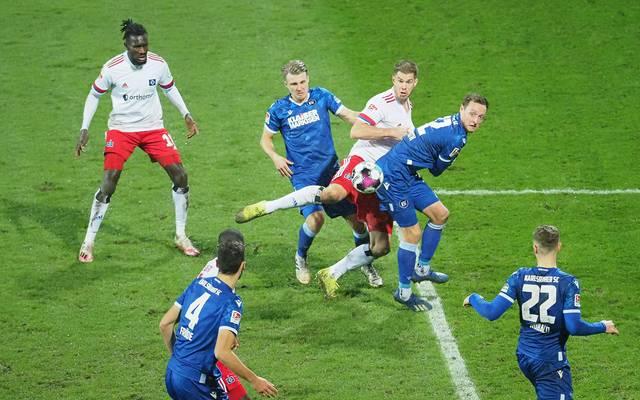 Simon Terodde (3.v.r.) bugsierte den Ball trotz großer KSC-Gegenwehr zum 2:1 für den HSV über die Linie