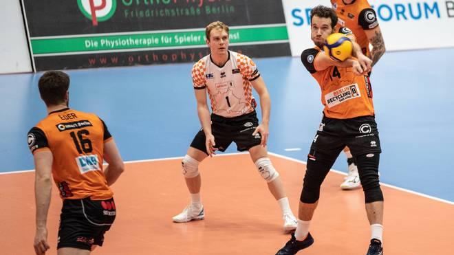 Denis Kaliberda (r.) trifft mit den Recycling Volleys auf Tabellenführer Friedrichshafen