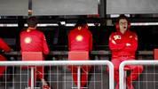 Ferrari-Teamchef Mattia Binotto (r.) hatte am Funk mit Leclerc und Vettel zu kämpfen