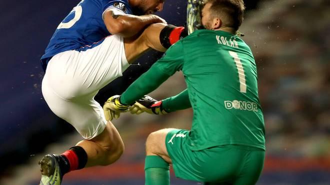 Kemar Roofe trifft Slavia-Torhüter Ondrej Kolar böse im Gesicht