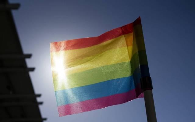 Mit der Regenbogenfahne will der FC Augsburg für mehr Toleranz und gegen das Vergessen in der Gesellschaft ankämpfen