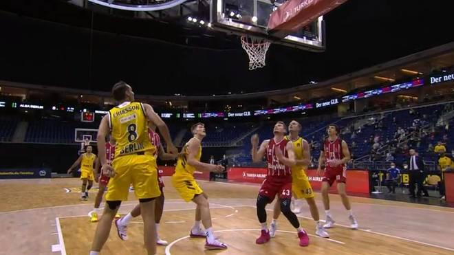 Die Basketballer des FC Bayern München feiern einen Sieg über ALBA Berlin in der EuroLeague