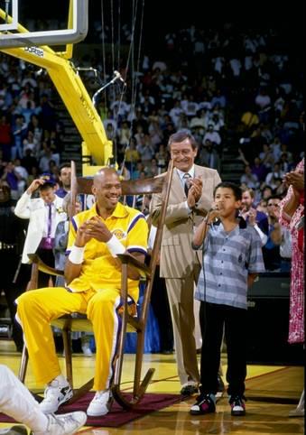 Heute vor 31 Jahren wurde NBA-Geschichte geschrieben. Bereits knapp einen Monat vor seinem letzten Spiel hängten die Los Angeles Lakers am 20. März 1989 das Trikot von Kareem Abdul-Jabbar mit der Nummer 33 an die Hallendecke und ehrten so ihren langjährigen Superstar