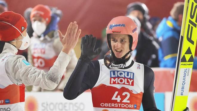 Karl Geiger (r.) ist nun sowohl von der Normal- als auch von der Skiflugschanze aktueller Weltmeister