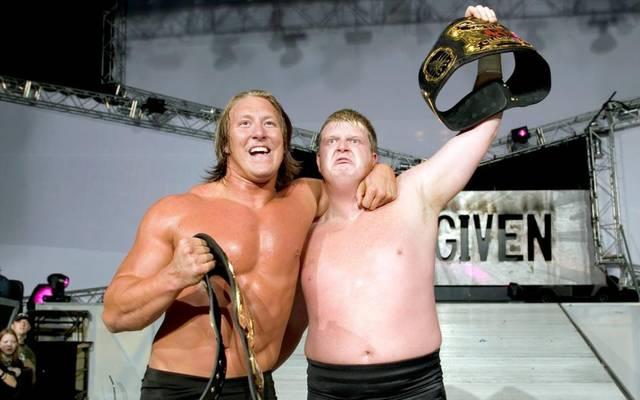 Lance Cade und Trevor Murdoch nach ihrem Titelgewinn 2005