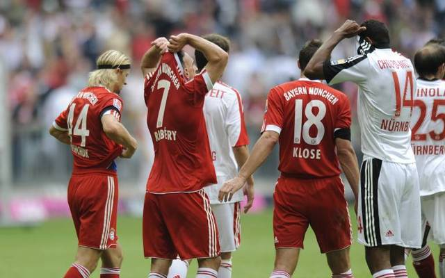 Franck Ribéry (FC Bayern München,2.v.li) beim Trikottausch mit Eric Maxim Choupo-Moting (1.FC Nürnberg)