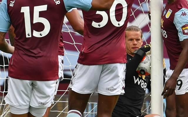 Aston Villas Keeper Orjan Nyland hält den Ball hinter der Linie fest