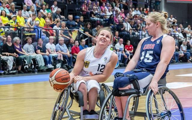 Rollstuhlbasketballerin Annabel Breuer (l.) studiert Psychologie