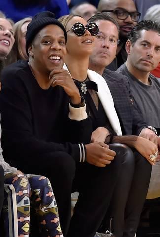 Starauflauf in Oakland: Rapper Jay-Z (l.) und seine Frau Beyonce sehen den 116:108-Sieg der Golden State Warriors gegen die Oklahoma City Thunder. Man beachte die Brille der weltbekannten Sängerin