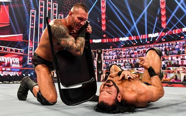 WWE ChampionRandy Orton bekämpft Drew McIntyre bei WWE Monday Night Raw mit einem Stuhl