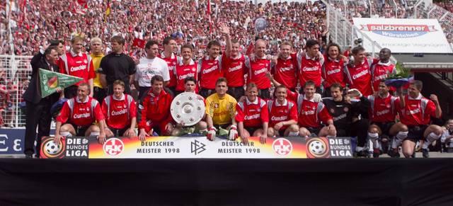Die Mannschaft des 1. FC Kaiserslautern posiert mit der Meisterschale