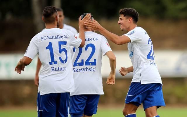 Steven Skrzybski (Mitte) erzielte einen Doppelpack für Schalke