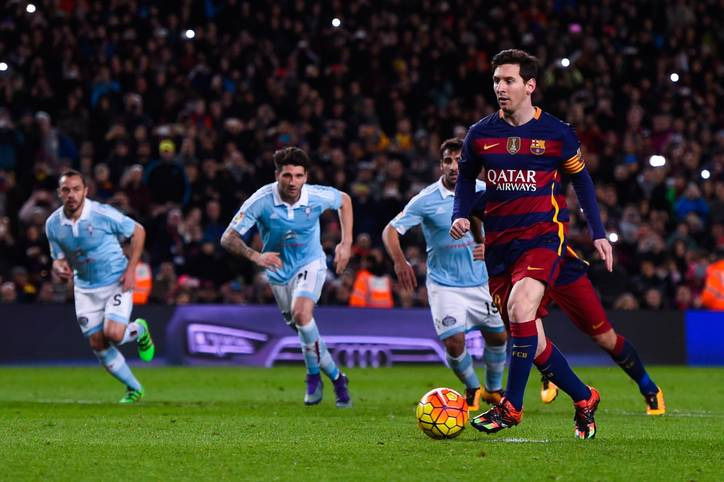 BARCELONA, SPAIN - FEBRUARY 14:  Lionel Messi of FC Barcelona passes to his teammate Luis Suarez of FC Barcelona from the penalty spot to scores his team's fourth goal during the La Liga match between FC Barcelona and Celta Vigo at Camp Nou on February 14, 2016 in Barcelona, Spain.  (Photo by David Ramos/Getty Images)